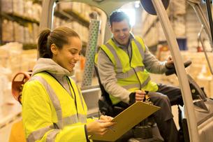 Workers talking in warehouseの写真素材 [FYI02184148]