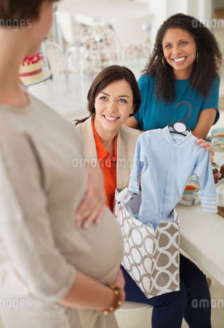 Pregnant woman having baby showerの写真素材 [FYI02184195]