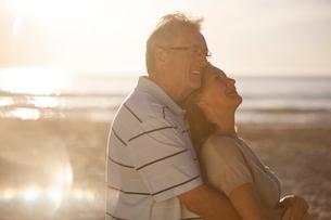 Older couple hugging on beachの写真素材 [FYI02184354]