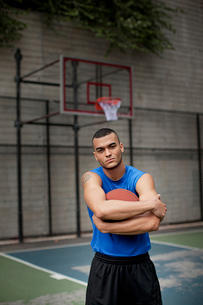 Man standing on basketball courtの写真素材 [FYI02184528]