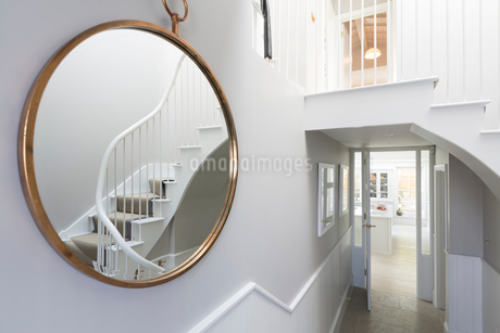 Reflection of foyer staircase in round mirrorの写真素材 [FYI02184575]