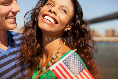 Couple with American flag by city cityscapeの写真素材 [FYI02184577]