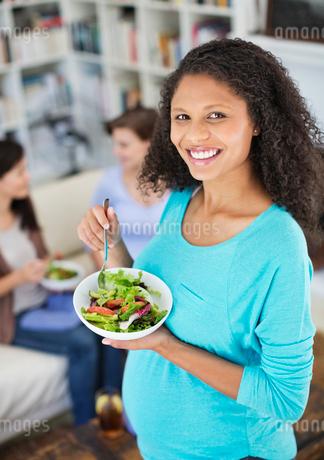 Pregnant woman eating saladの写真素材 [FYI02184726]