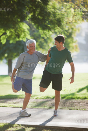 Older man stretching with trainerの写真素材 [FYI02184812]