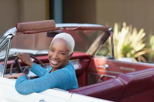 Smiling older woman driving convertibleの写真素材 [FYI02184924]