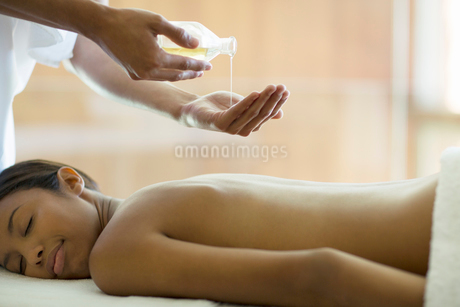 Woman receiving massage at spaの写真素材 [FYI02184984]