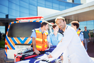 Doctor with paramedics outside hospitalの写真素材 [FYI02185019]