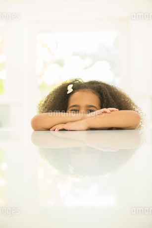 Portrait of girl leaning on tableの写真素材 [FYI02185139]