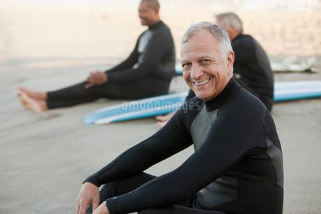 Older surfers sitting on boards on beachの写真素材 [FYI02185159]