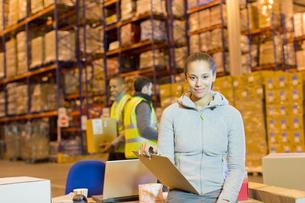 Worker holding clipboard in warehouseの写真素材 [FYI02185216]