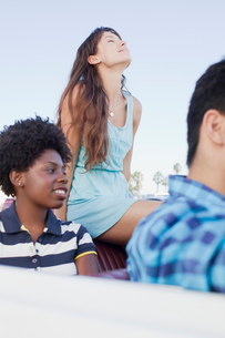 Friends sitting in convertibleの写真素材 [FYI02185257]