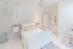 White, luxury home showcase bedroom with chandelierの写真素材 [FYI02185262]