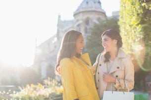 Women talking in urban parkの写真素材 [FYI02185291]