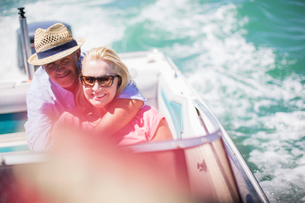 Couple sitting in boat togetherの写真素材 [FYI02185316]
