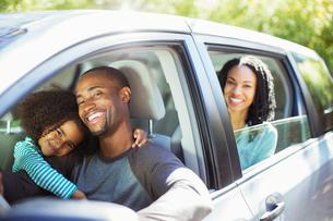 Portrait of happy family inside carの写真素材 [FYI02185386]