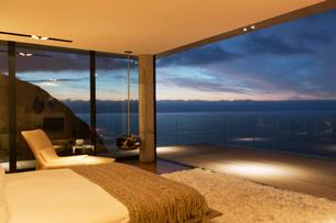 Modern bedroom overlooking oceanの写真素材 [FYI02185425]