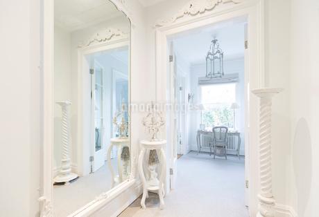 White, luxury home showcase interior corridor with mirrorの写真素材 [FYI02185484]