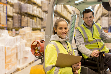 Workers smiling in warehouseの写真素材 [FYI02185504]