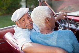 Older couple sitting in convertibleの写真素材 [FYI02185551]