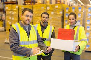 Workers standing in warehouseの写真素材 [FYI02185563]