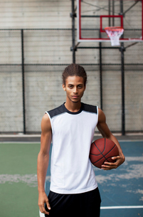 Man standing on basketball courtの写真素材 [FYI02185581]