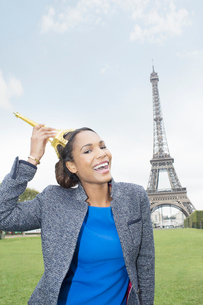 Woman posing with souvenir in front of Eiffel Tower, Paris, Franceの写真素材 [FYI02185582]