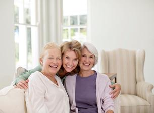 Portrait of smiling senior women in livingroomの写真素材 [FYI02185585]