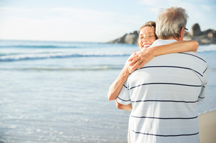 Senior couple hugging on beachの写真素材 [FYI02185662]