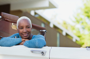 Smiling older woman sitting in convertibleの写真素材 [FYI02185692]