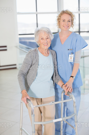 Portrait of smiling nurse and senior patient with walkerの写真素材 [FYI02185732]