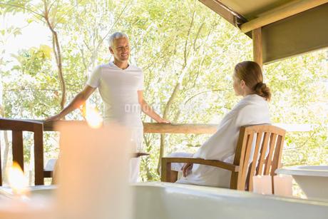 Couple talking on rustic balconyの写真素材 [FYI02185790]