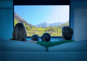 Family watching television in living roomの写真素材 [FYI02185831]
