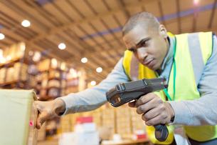 Worker scanning boxes in warehouseの写真素材 [FYI02185848]