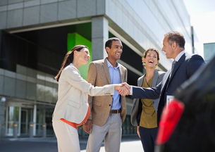 Business people shaking hands outdoorsの写真素材 [FYI02185906]