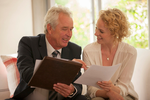 Financial advisor explaining paperwork to womanの写真素材 [FYI02185973]