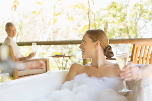 Women relaxing together in spaの写真素材 [FYI02186036]