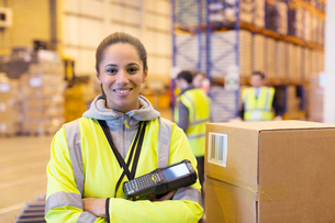 Worker holding scanner in warehouseの写真素材 [FYI02186043]