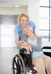 Portrait of smiling nurse and elderly patient in wheelchairの写真素材 [FYI02186051]