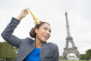 Woman posing with souvenir in front of Eiffel Tower, Paris, Franceの写真素材 [FYI02186108]