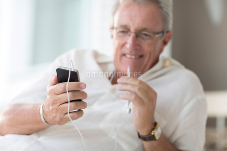 Older man using cell phoneの写真素材 [FYI02186142]