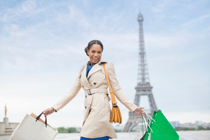 Woman carrying shopping bags by Eiffel Tower, Paris, Franceの写真素材 [FYI02186147]