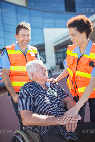 Paramedics talking to patient outside hospitalの写真素材 [FYI02186149]