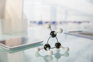 Molecular model and digital tablet on counter in labの写真素材 [FYI02186188]