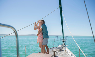 Couple standing on boat togetherの写真素材 [FYI02186209]