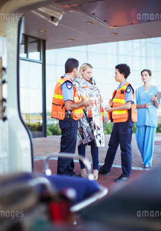Paramedics talking to patient in hospital parking lotの写真素材 [FYI02186270]