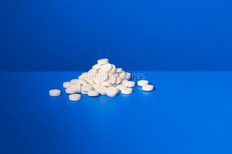 Pile of prescription pills on blue counterの写真素材 [FYI02186363]