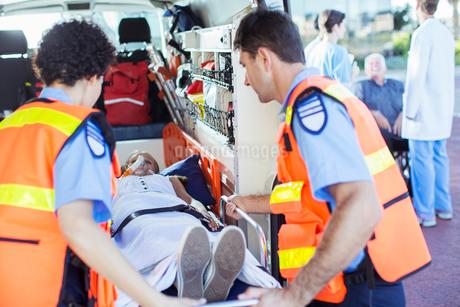 Paramedics examining patient in ambulanceの写真素材 [FYI02186430]