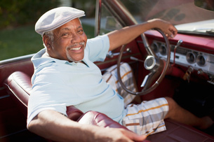 Smiling older man driving convertibleの写真素材 [FYI02186444]
