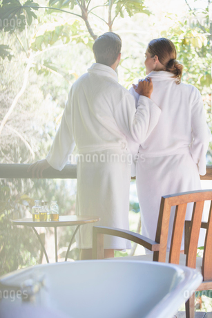 Couple relaxing together in spaの写真素材 [FYI02186454]