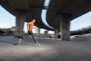 Man running through city streetsの写真素材 [FYI02186470]